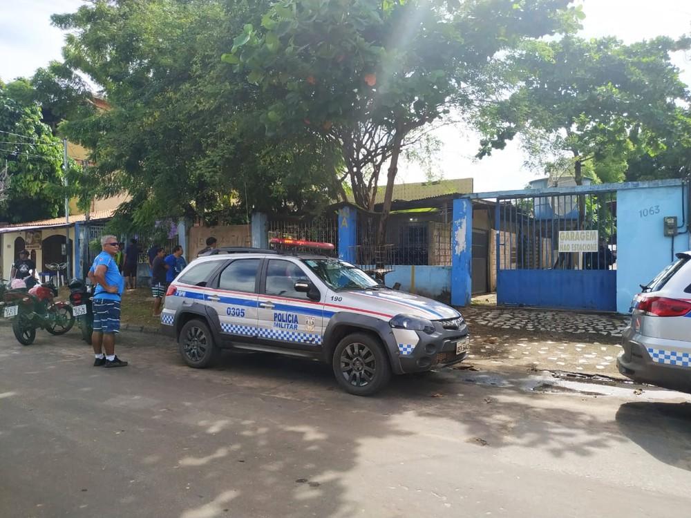 Movimentação em frente à casa do idoso encontrado morto no bairro Caranazal, em Santarém. (Foto: TV Tapajós)