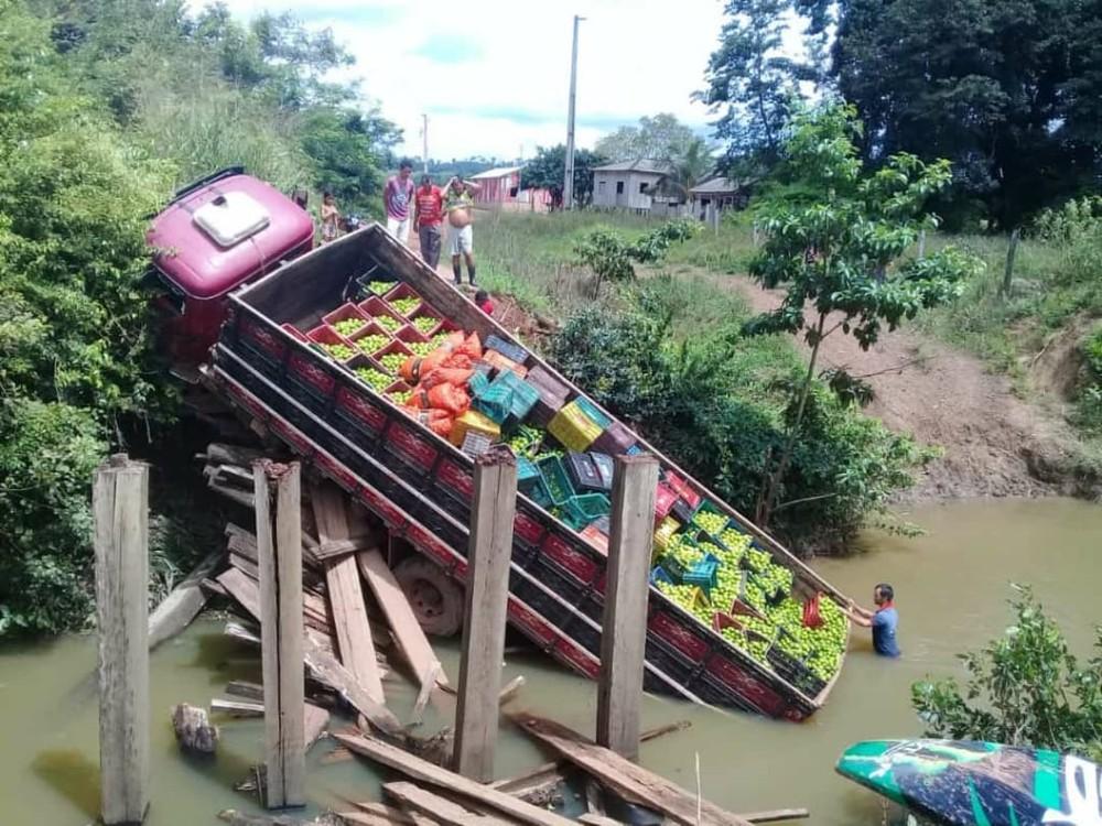 Ponte desaba e carregamento de limões cai em igarapé em Monte Alegre, no PA