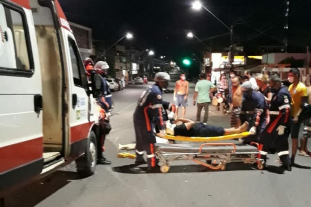 Uma das vítimas recebendo atendimento do SAMU.   Foto: Reprodução/Redes Sociais