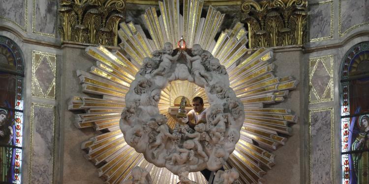 Imagem oficial de Nossa Senhora de Nazaré será retirada do altar-mor no começo da noite