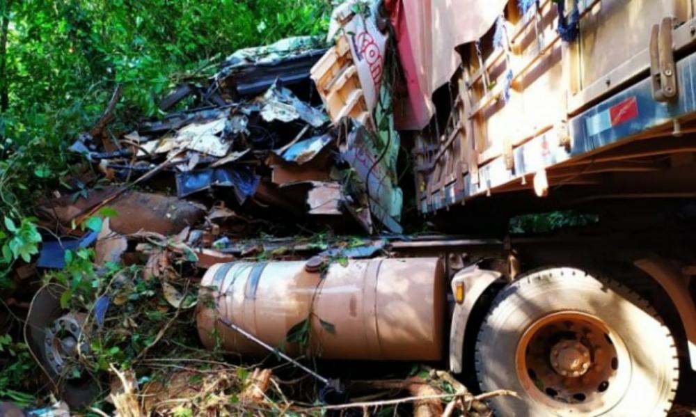 Motorista morre em acidente ao tentar evitar colisão entre caminhões