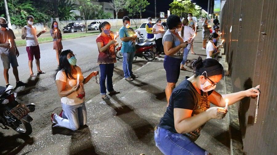 Grupo se reúne em oração em frente ao Hospital Regional de Altamira