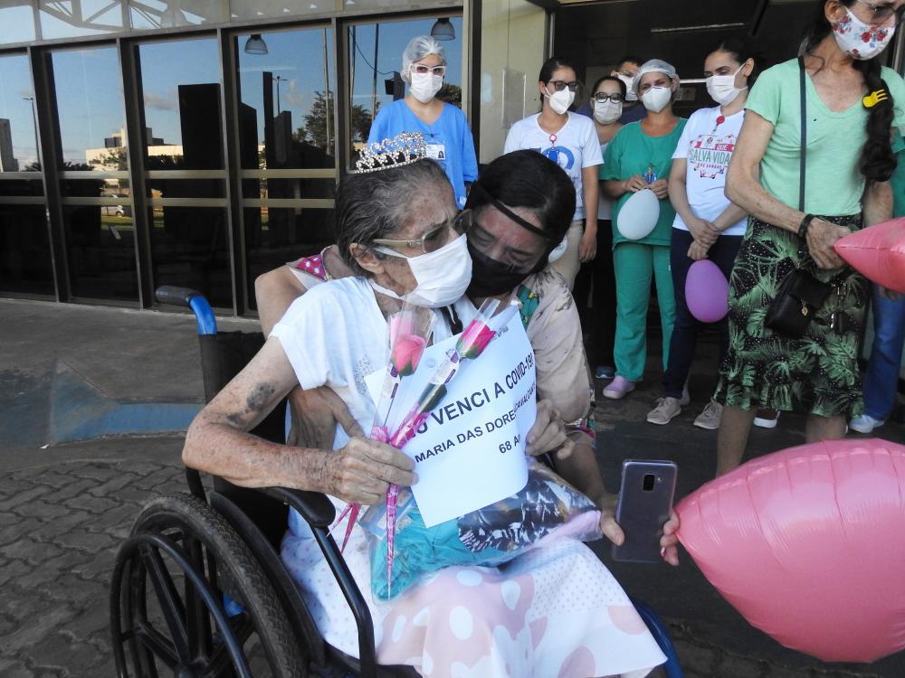 Hospital Regional Público da Transamazônica comemora alta da 100ª paciente recuperada da Covid-19