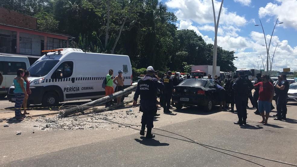 Poste cai em carro e deixa um homem morto no bairro do Curió-Utinga, em Belém