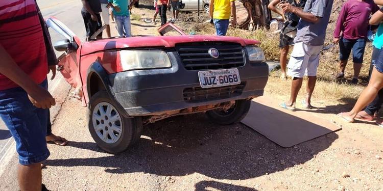 Colisão entre veículos parte carro ao meio e mata idosa na Rodovia Transamazônica