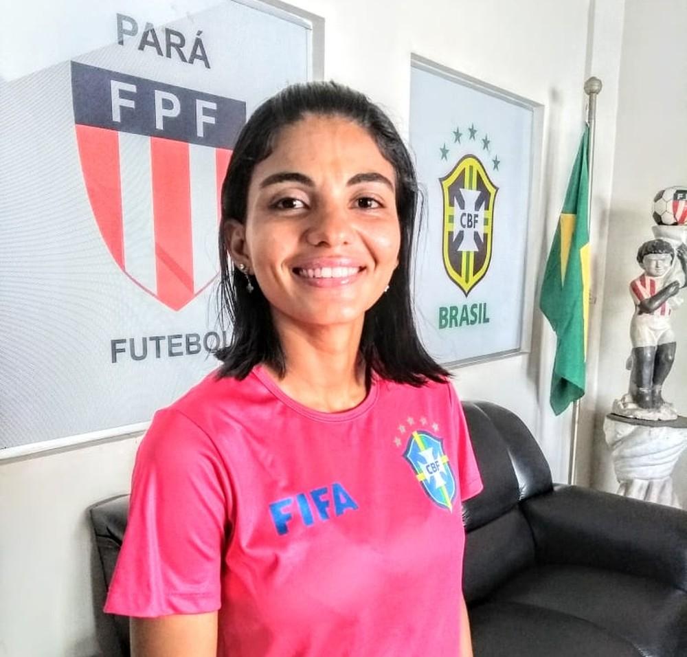 Bábara Roberta Loiola posa com camisa com o símbolo da FIFA — Foto: Divulgação/FPF