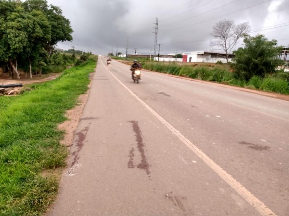 Marcas de sangue ficaram às margens da BR-163; vítima de acidente morre. (Foto: TV Tapajós)