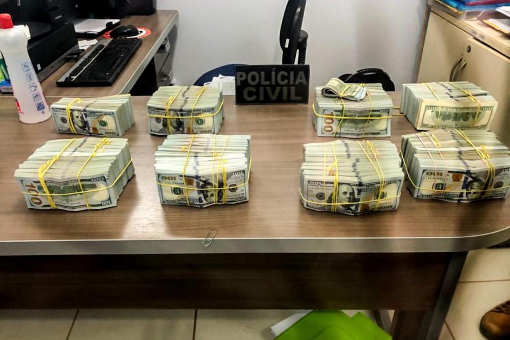 Parte dos dólares apreendido dentro da aeronave apreendida. (Foto: Divulgação/Ascom PC)