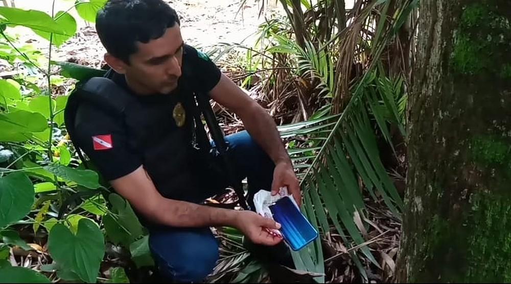 Polícia encontrou um dos celulares no meio do matagal — Foto: Polícia Militar/Divulgação